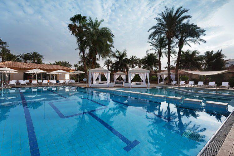 מלון אסטרל וילג' - הבריכה ביום