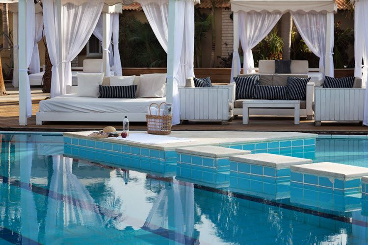 מלון אסטרל וילג' - הבריכה מבחוץ