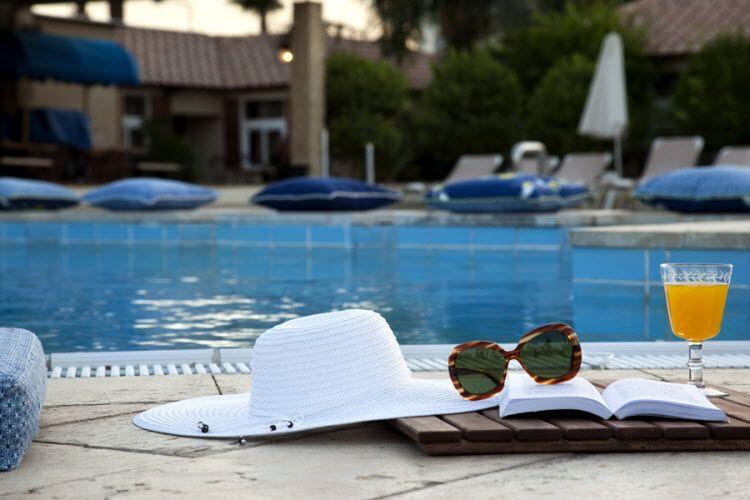 מלון אסטרל וילג' - בבריכה