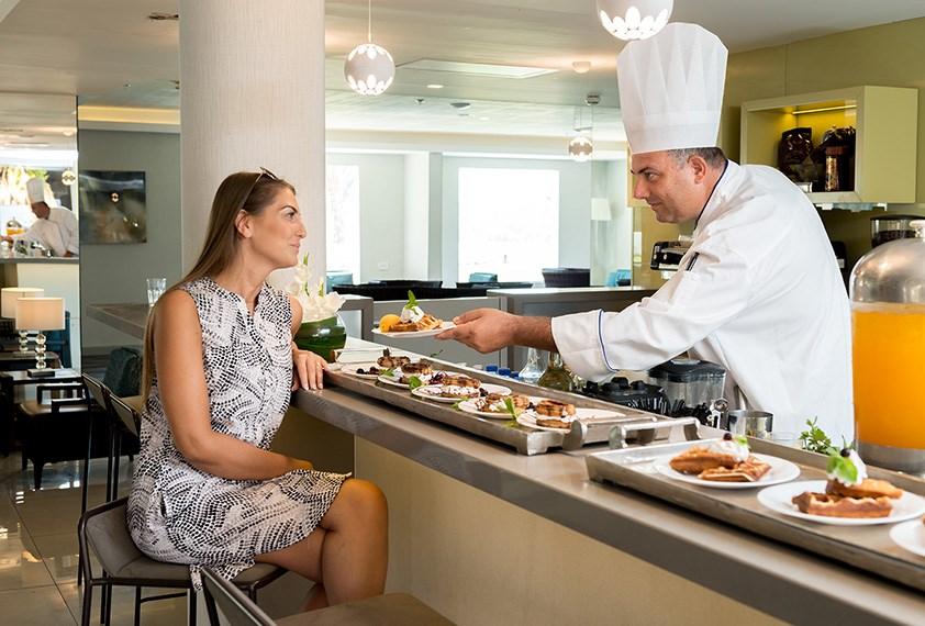 לובי בר במלון אסטרל נירוונה סוויטס